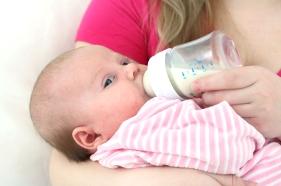 Alimentación del bebé de tres 3 meses leche materna o fórmulas lácteas infantil
