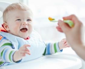 Alimentación del bebé cuatro a siete meses lactancia materna o alimentos sólidos