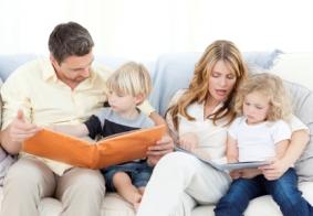 Los padres ayudan a los niños a leer y escribir