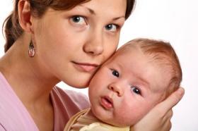 Coger al bebé en brazos le proporciona seguridad
