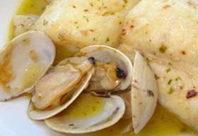 Sugerencia de presentación de besugo con almejas al horno