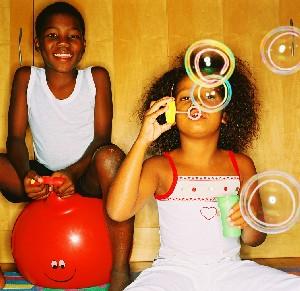 Un par de niños se divierte con diferentes juegos