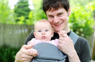 La posición recomendada es llevar al bebé mirando hacia los padres