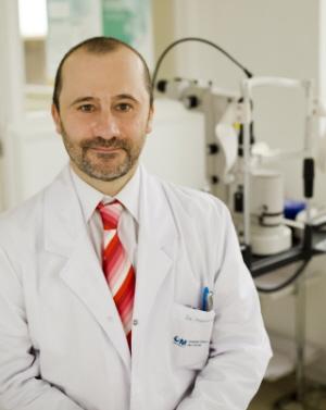 Dr. Enrique Santos especialista en Neurooftalmología y Oftalmología infantil