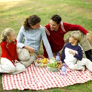 Familia contándose chistes sobre comida