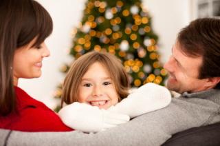 Una familia celebra la Navidad