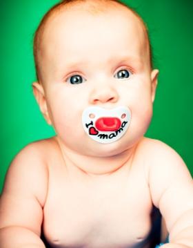 Como quitar el hipo del bebé, el chupete