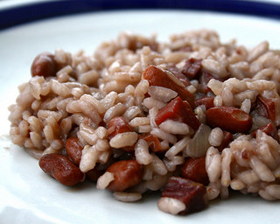 Sugerencia de presentación de un plato de judías pintas con arroz