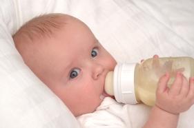 Lactancia artificial de los bebés de tres 3 meses