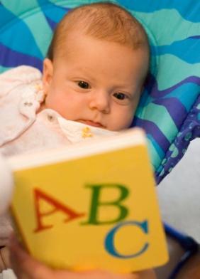 Leer libros a los niños y bebés recién nacidos