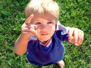 Niños infelices más materialistas