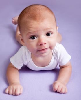 Desarrollo psicomotor del bebé de tres 3 meses, motricidad