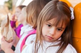 Caracter y educación del niño tímido por los padres