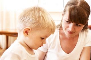 Una madre apoya a su hijo en el aprendizaje de otro idioma