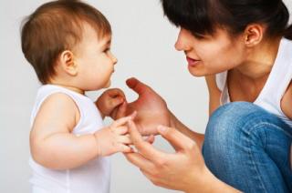 Una madre enseña a hablar a su hijo en su lengua materna