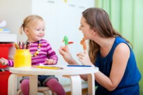 Las educadoras aseguran el bienestrar del bebé en la guardería