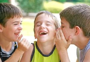 Niños riéndose con un chiste