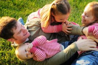 Los niños disfrutan muchísimo jugando con sus padres