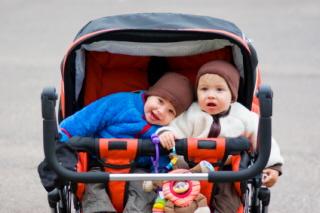 Sillas gemelares para pasear con bebés gemelos