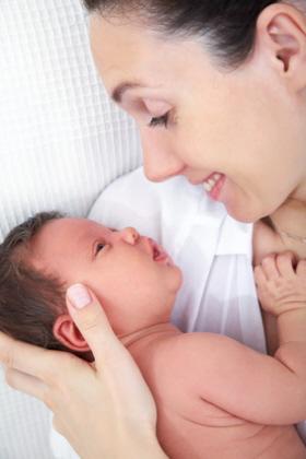 Contacto piel con piel después del nacimiento del bebé