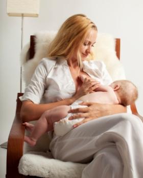 Posturas para dar el pecho al bebé, lactancia materna