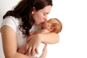 Posturas recomendadas para sujetar al bebé recién nacido