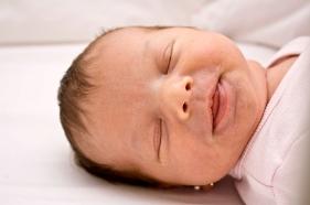 Primera sonrisa del bebé recién nacido, reflejo
