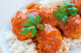 Sugerencia de presentación de las albóndigas de carne con ensalada de arroz