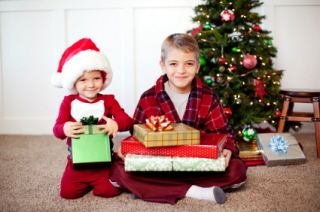 Los niños se ven desbordados con tantos regalos