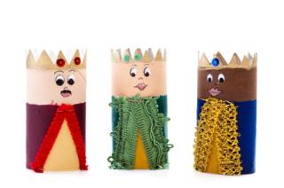 Los Reyes Magos reparten los regalos a los niños