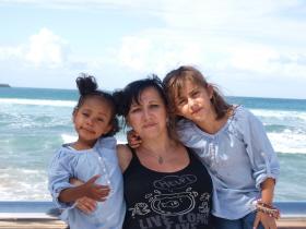 Rosa Maestro, en el centro, con sus dos hijas Nabila de 4 años y Alba de 9 años,