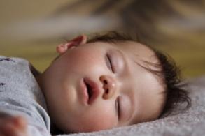 Como duerme el niño bebe de 10 diez meses sueño