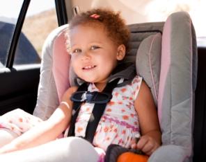 Viajar con niños y bebés seguridad y entretener en el coche