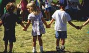 """Un grupo de niños juega a """"El Patio de mi casa"""""""