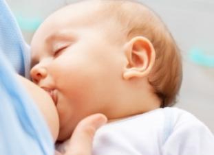 Los bebés sudan cuando mamán o toman biberón