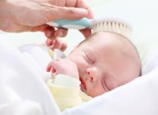 Cuidado del pelo y cabello del bebé recién nacido, la costra lactea