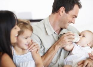 Padre dando el biberón a su bebé