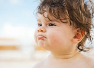Cuidados del bebé o niño frente a un golpe de calor