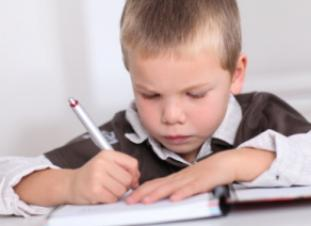 Los niños realizan ejercicios sencillos para casa con 6 años