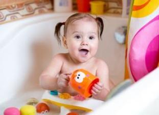 Los niños de 6 a 12 meses experimentan con los objetos y observan las reacciones