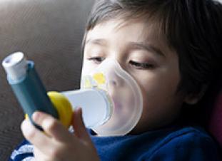 Los niños con asma no deben interrumpir su tratamiento durante la pandemia de CO